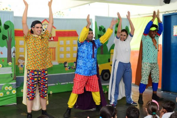 Escolas da região recebem peça teatral Uli luli e as latas mágicas