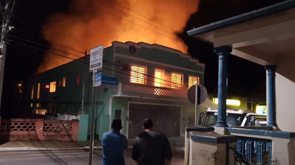 Incêndio destrói prédio da Prefeitura de Águas de Santa Bárbara