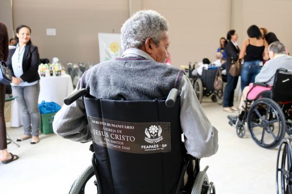 FEAPAES-SP entrega cadeiras de rodas em Taquarituba