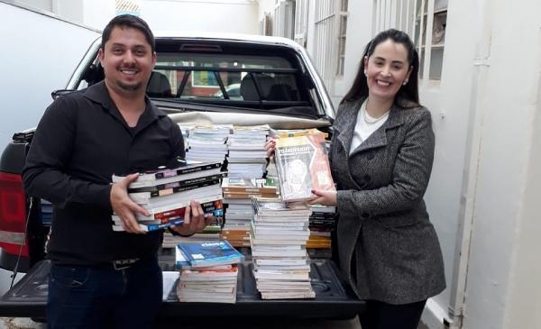 ETEC de Cerqueira César faz doação de livros ao Fundo Social