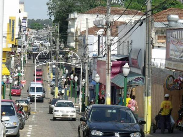 Dupla quebra vitrine e furta ótica no centro de Avaré
