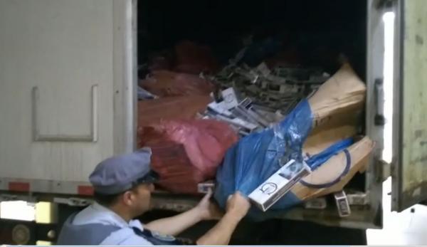Polícia Rodoviária apreende mais de 500 mil maços de cigarros contrabandeados em Avaré