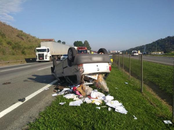 Adolescentes capotam carro roubado durante fuga na Rodovia Castello Branco