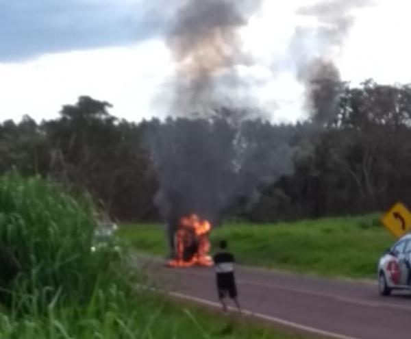 Carro pega fogo após capotar em rodovia entre Piraju e Cerqueira César