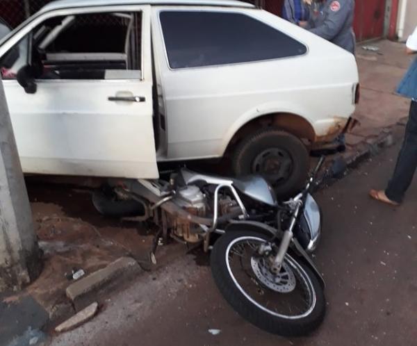 Motorista embriagado bate em motos e carro estacionados em Piraju