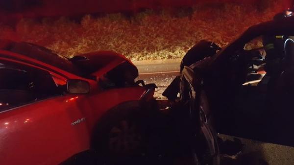 Carros batem de frente e motoristas ficam feridos em rodovia de Avaré