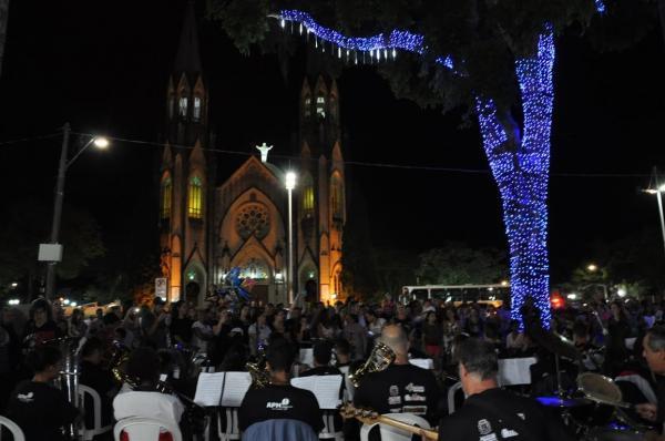 Iluminação de Natal é acesa em praças de Botucatu