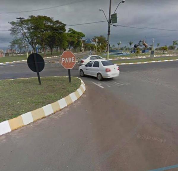 Motorista fica ferido ao bater carro em mureta em Avaré