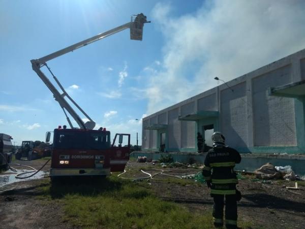 Incêndio atinge o barracão de reciclagem em Avaré