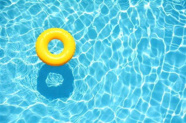 Menina de 4 anos cai em piscina e morre afogada em Itaí