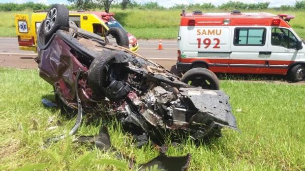 Motorista morre ao ser arremessada para fora do veículo em batida entre carros em rodovia