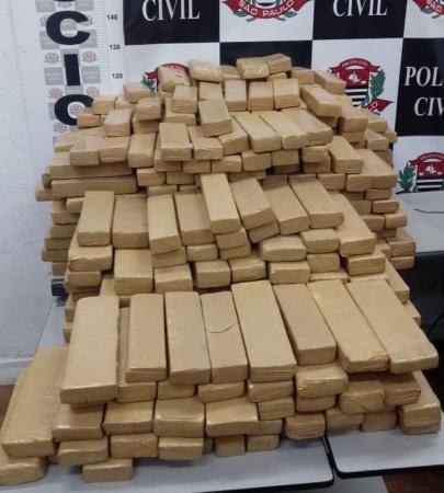 Mais de 600 tijolos de maconha foram apreendidos pela polícia em Porangaba — Foto: Divulgação/SSP