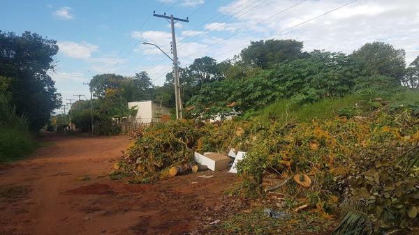 Praça Cruzeiro do Sul no Costa Azul continua sendo depósito de lixo