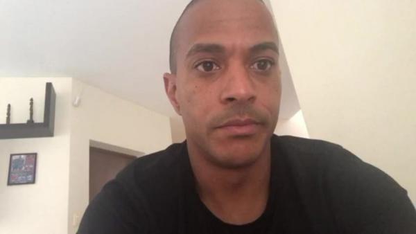 Serginho, vítima de racismo,deu um golpe nos ofensores.