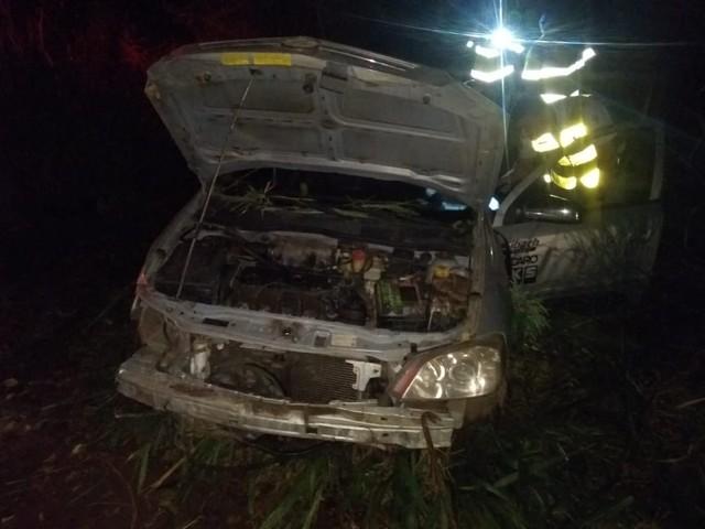 Motorista morre após carro que dirigia cair em açude na área rural de Itaí — Foto: Divulgação/Corpo de Bombeiros